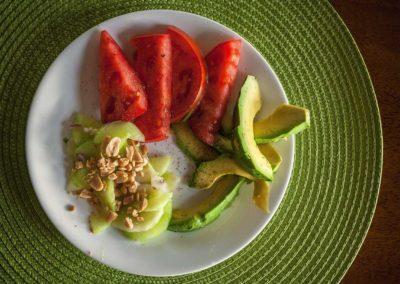 Ensalada de pepino, palta y tomates + Budín de zapallitos y mijo