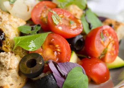 Ensalada de tomate y aceitunas + Budín de calabaza y choclo